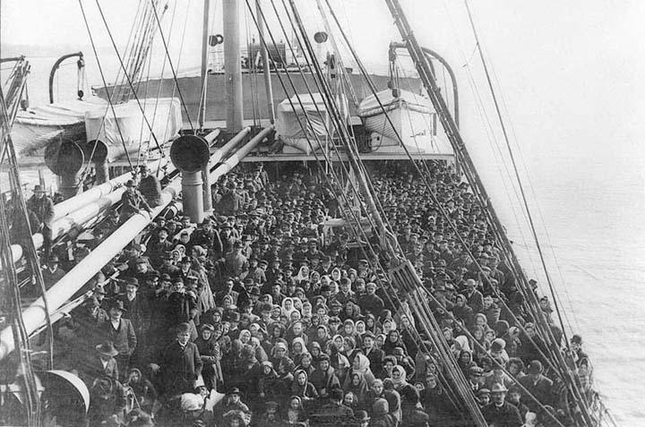 oggi una fotografia un po' più triste, per accompaganre un post sulla preghiera del Papa per i migranti morti i mare ho trovato questa foto, sono: Migranti italiani in Atlantico 1906  dans immagini migranti-italiani-atlantico-1906