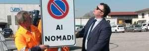 Joe Formaggio con il cartello della discordia Il gazzettino